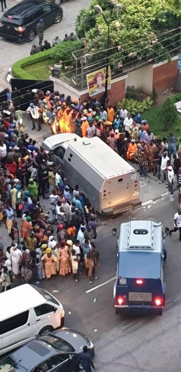Two bullion vans driving into Tinubu's residence